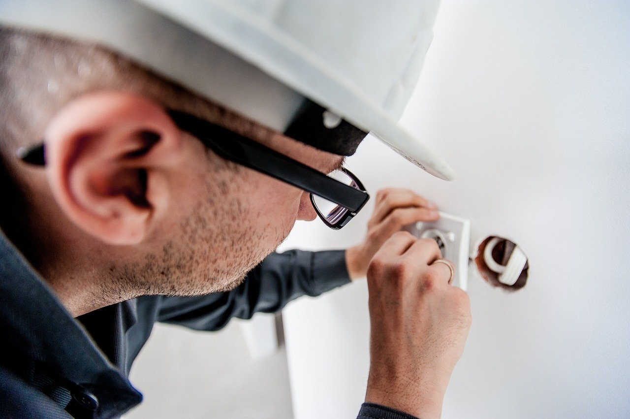 Should You Hire a Professional Electrician in Ontario?