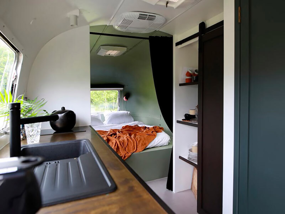Stijlvol ingerichte Airstream bus op camping Het Bos Roept