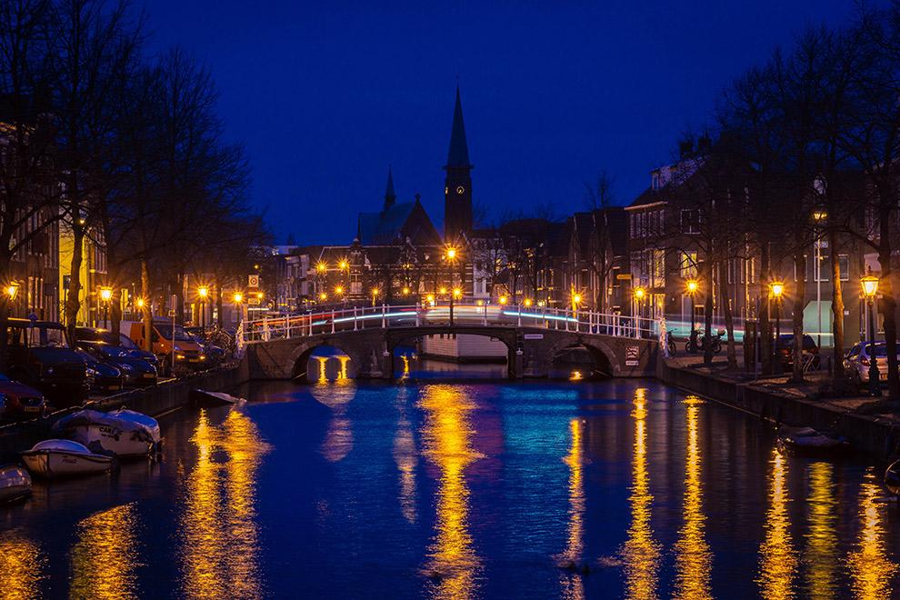 Avondlicht reflecteert in de grachten van Leiden