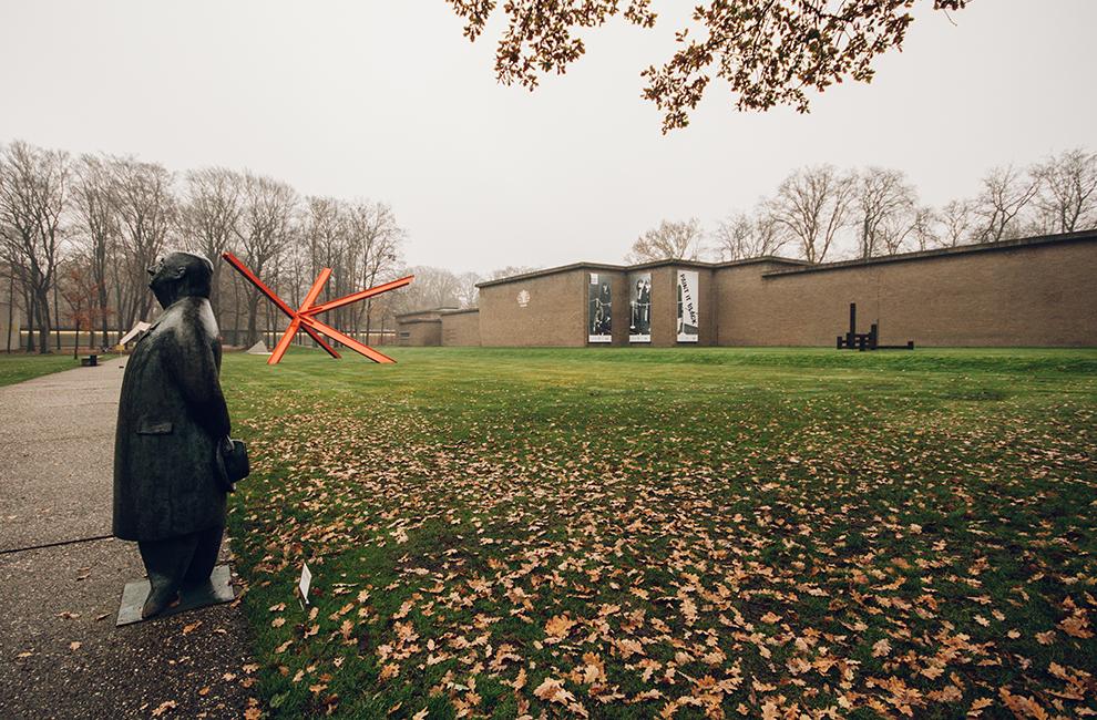 Het Kröller-Müller museum op een herfstachtige dag