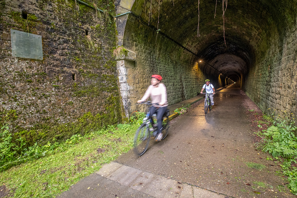 Fietsen door een oude spoorwegtunnel in Luxemburg