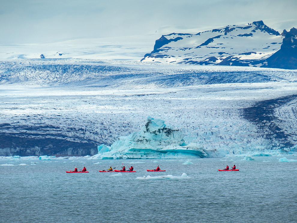 Kajakken aan de voet van een gletsjer in IJsland