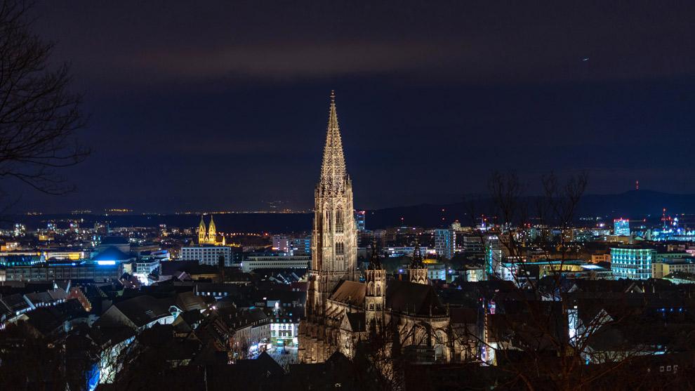 Uitzicht over Freiburg bij nacht
