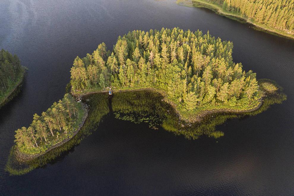 Sprookjesachtig groen eiland gefotografeerd met drone