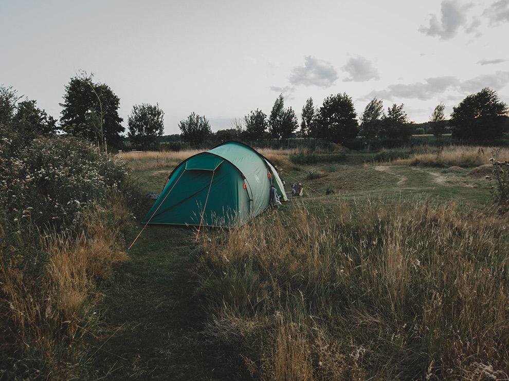 Tent opgezet op oranje groene hei