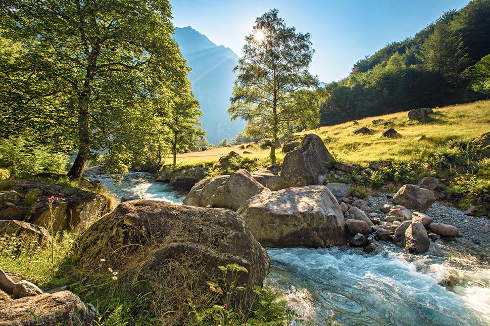 Wandeling lang frisgroene berghellingen en helderblauw beekjes