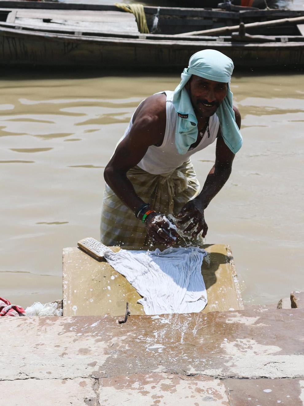 Indiase man was kleren in de Ganges
