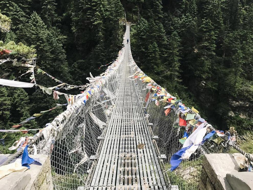 Hangbrug in de Himalaya met typische Nepalese vlaggetjes