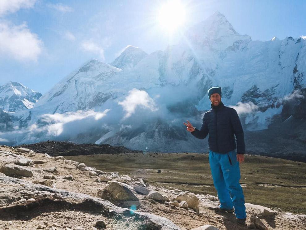 Trots op de foto met op de achtergrond de Mount Everest