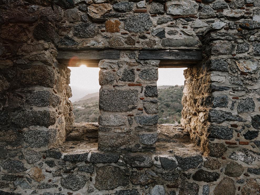 Uitzicht vanaf de stenen kasteelmuren