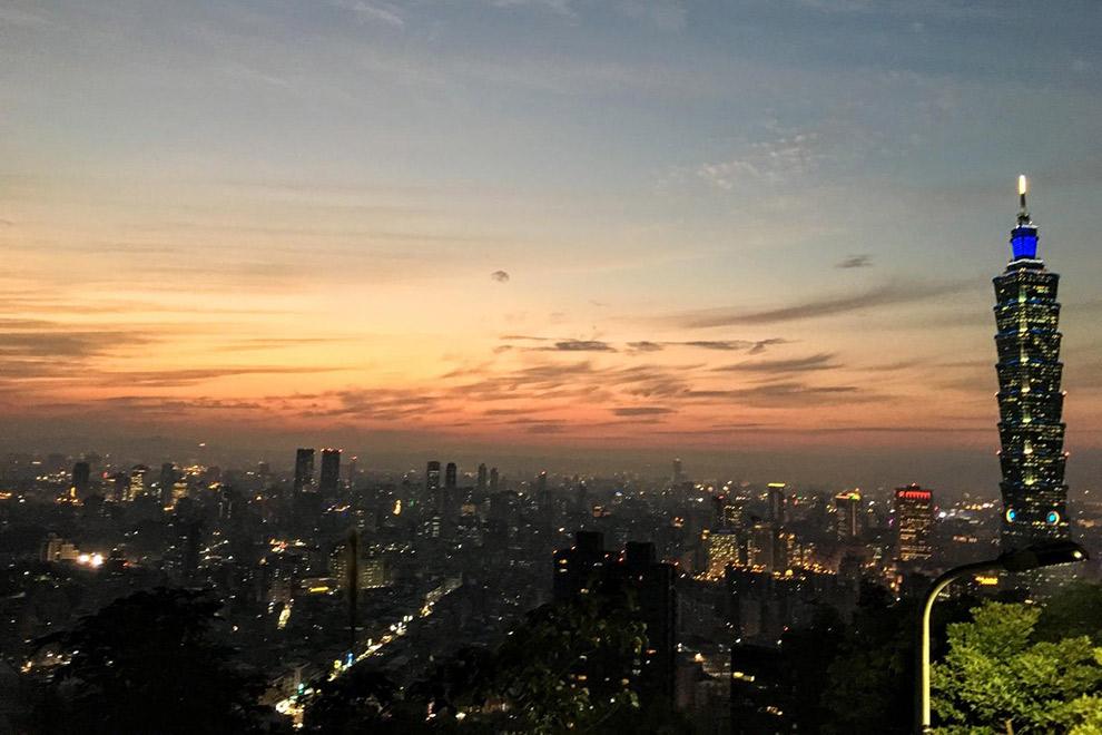 Zonsondergang boven verlichte stad Taipei