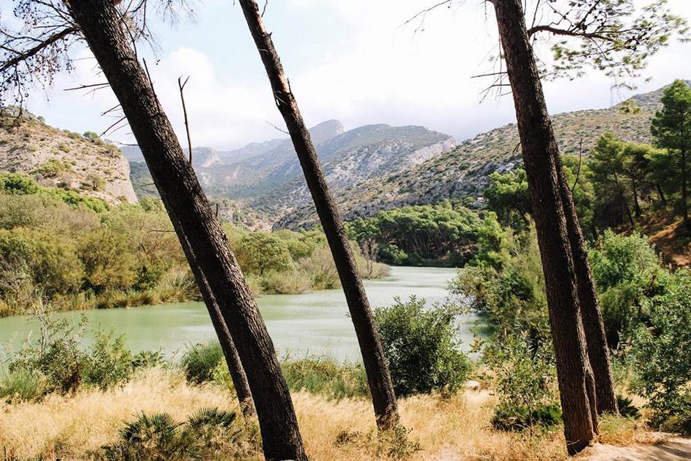 Uitzicht op turquoise-blauw meer vanaf de Caminito del Rey in Spanje