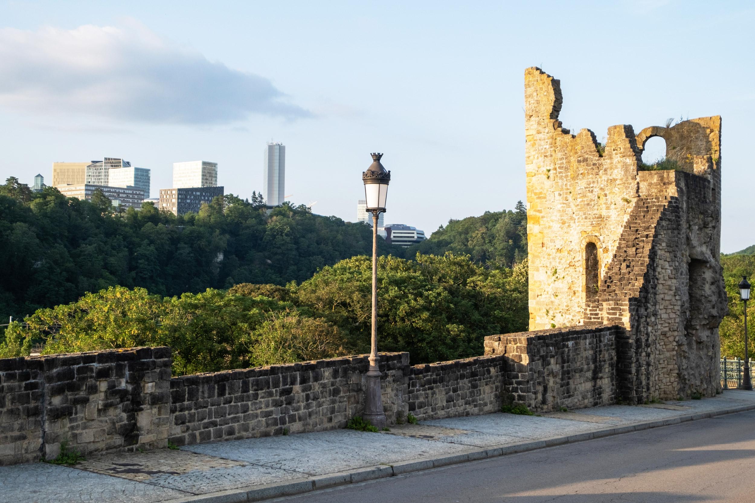 Uitzicht vanaf de oude stad op de nieuwe wijk Kirchberg, Luxemburg