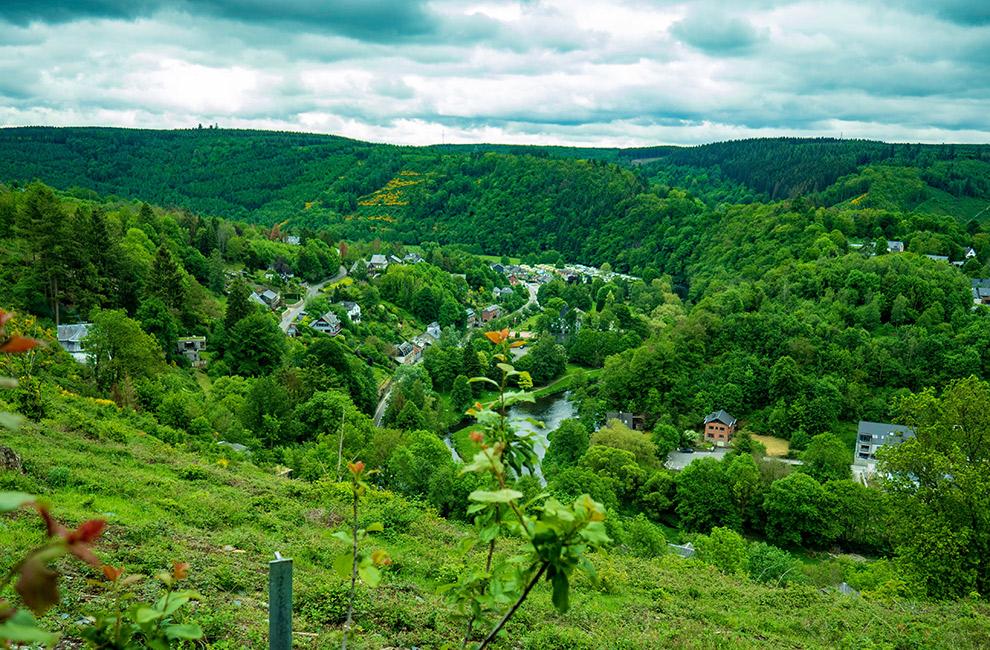 Groen berglandschap in de Belgische Ardennen