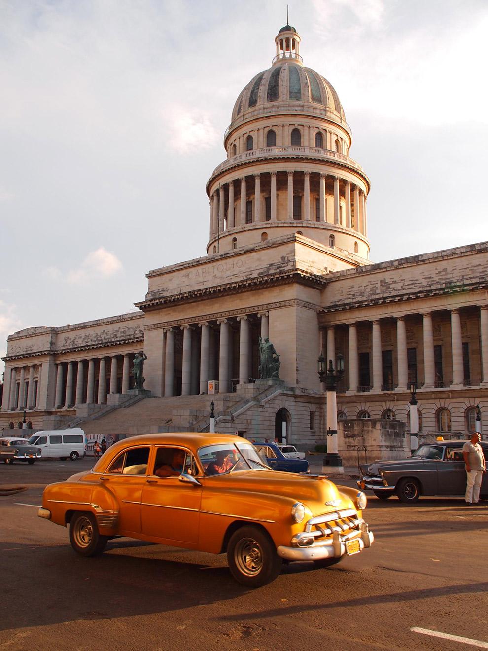 Oranje old timer in koloniaal Cuba