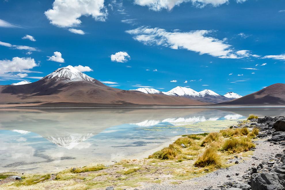 Spiegelend oppervlak van de laguna blanca in de hoogvlaktes van Bolivia