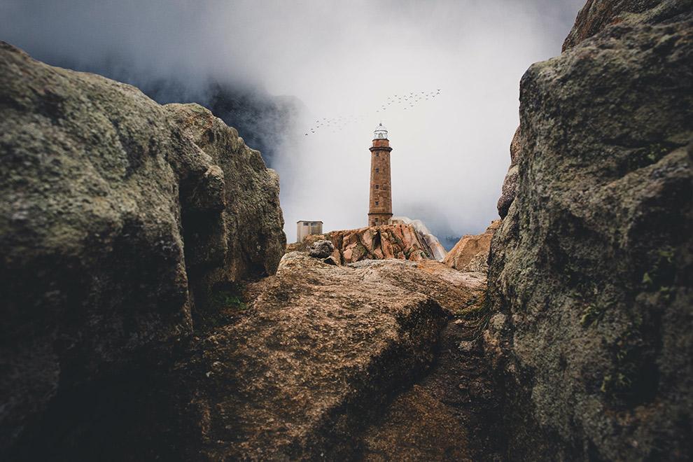 Vuurtoren tussen de rotsen in het noorden van Spanje