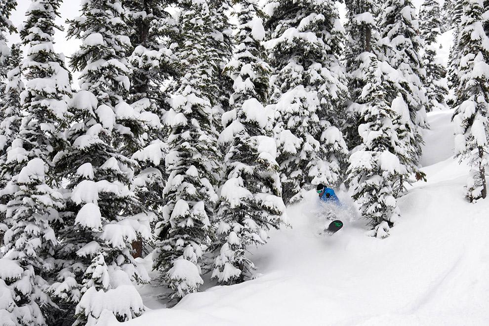 Skiën tussen de besneeuwde bergtoppen in Canada
