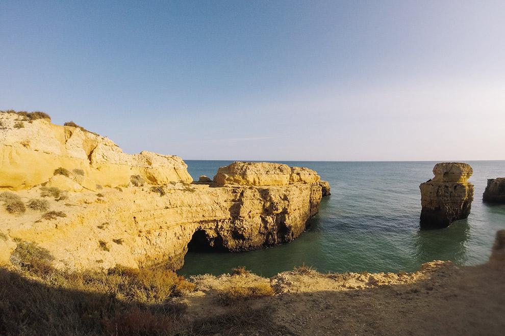 Flinke rotsformatie aan het strand van de Algarve in Portugal