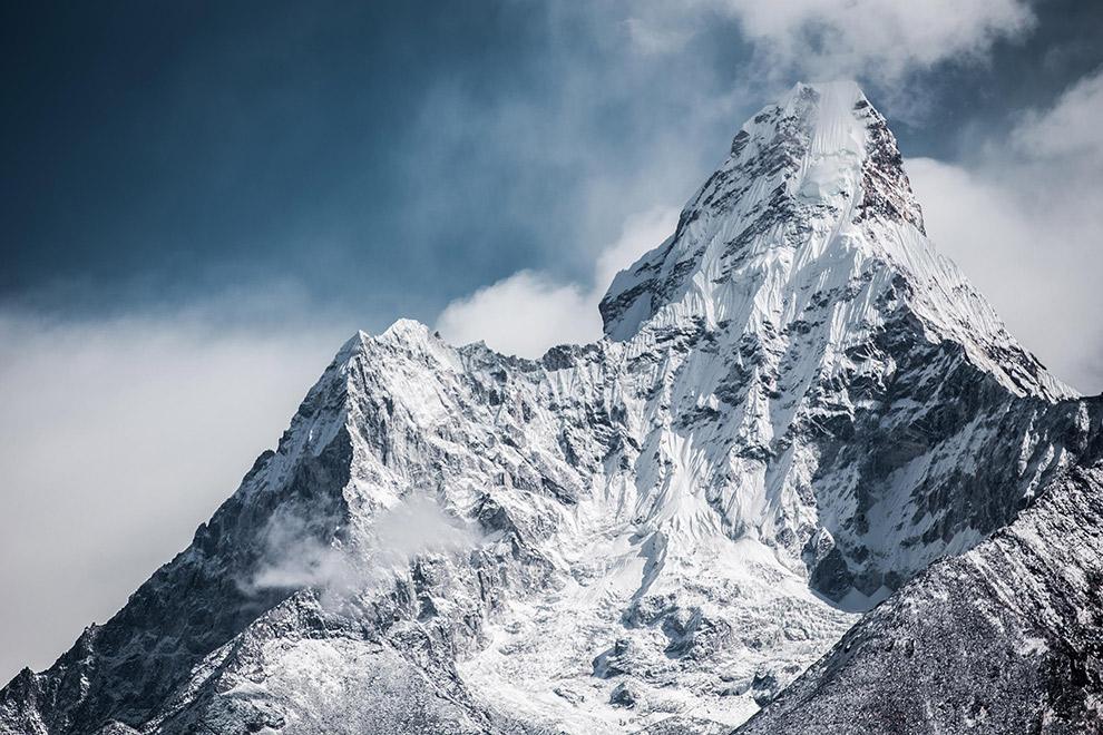 De met sneeuw bedekte steile bergtoppen van de Mount Everest