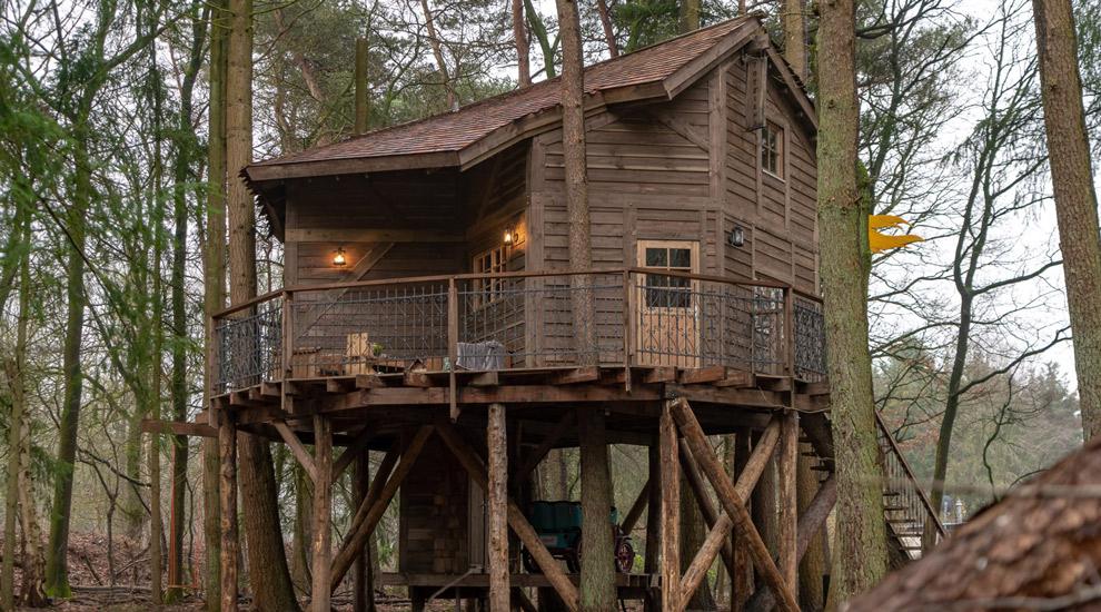 Slaap middenin het bos in een boomhut bij Vakantiepark Drouwerszand