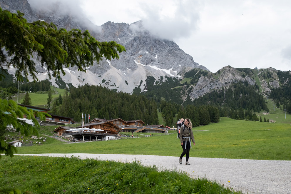 Wandelen met een kinderdrager door het dal van Zugspitz Arena