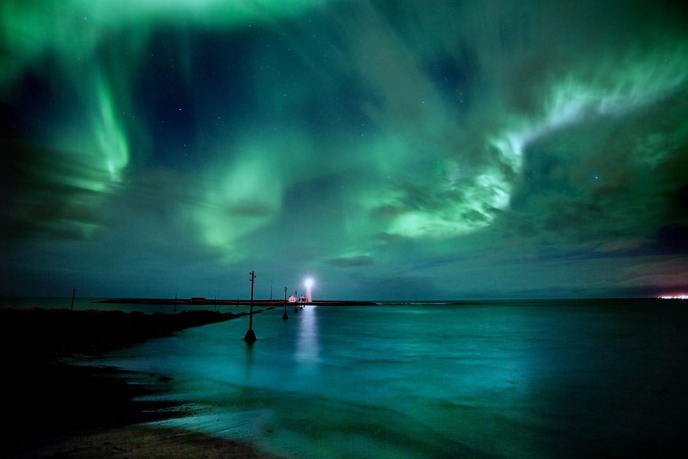 Noorderlicht in IJsland kleurt donkere lucht felgroen
