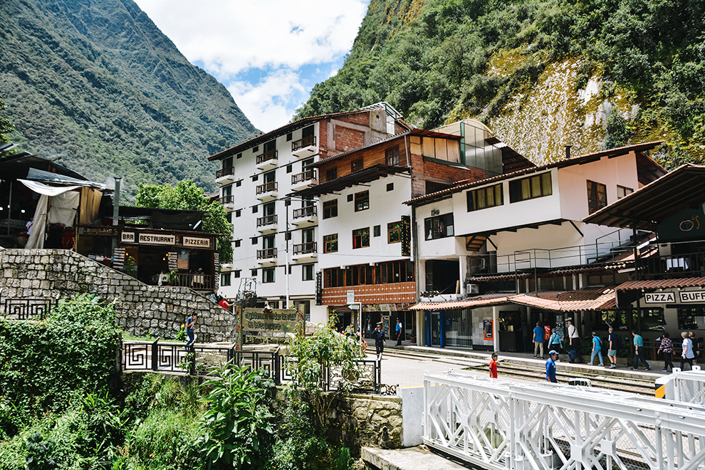 Het bergstadje Aguas Calientes als toegangspoort tot Machu Picchu