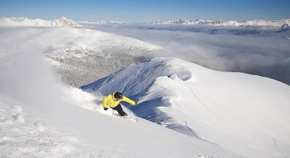 Brede pistes en vers poedersneeuw op wintersport in Canada