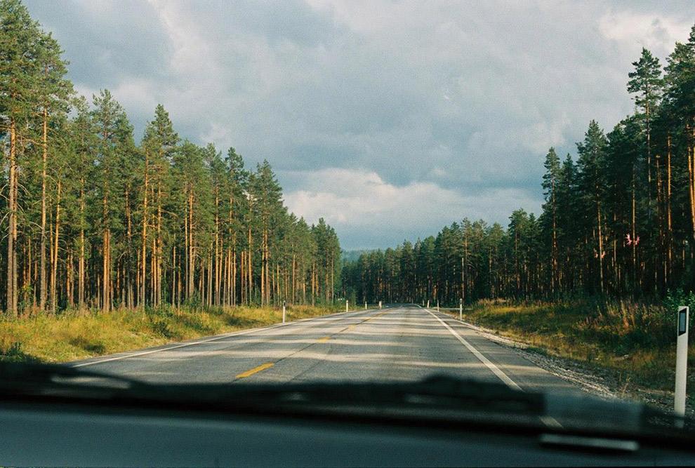 Uitzicht op de weg tijdens roadtrip in Noorwegen