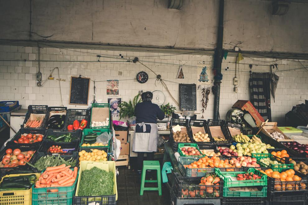 Marktkraampjes verkopen vers fruit en groente in Porto
