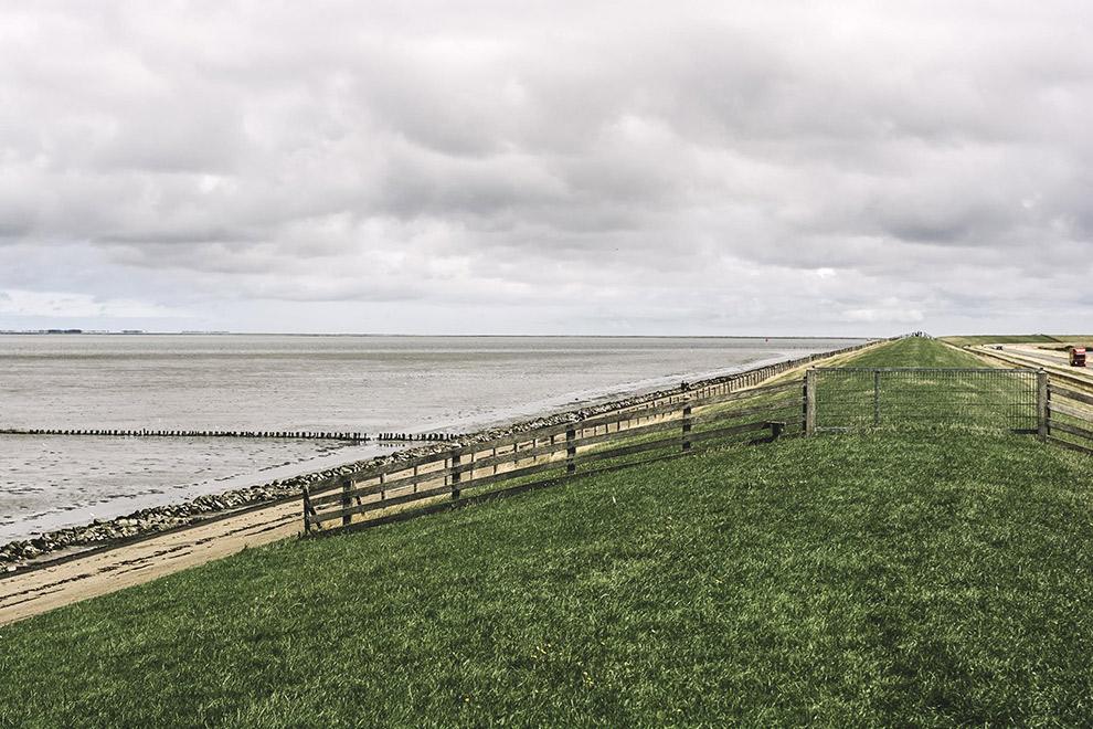 Grijze luchten boven de dam bij Lauwerszee