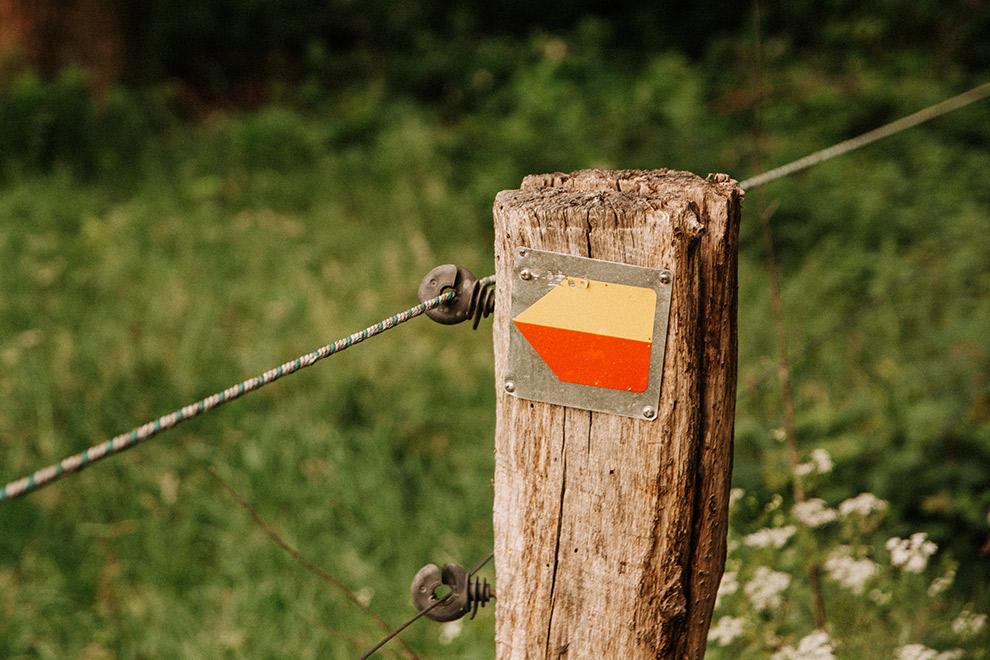 Route wandelpad aangegeven met rood-gele pijl