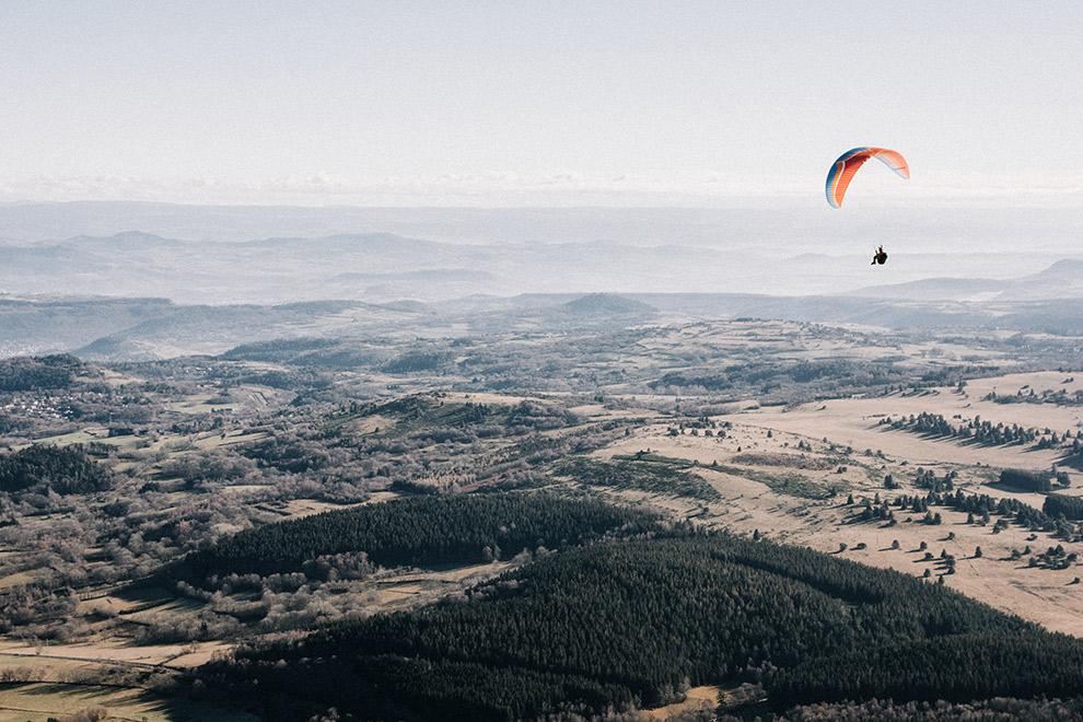 Paraglider vliegt vredig over vulkaanlandschap Frankrijk