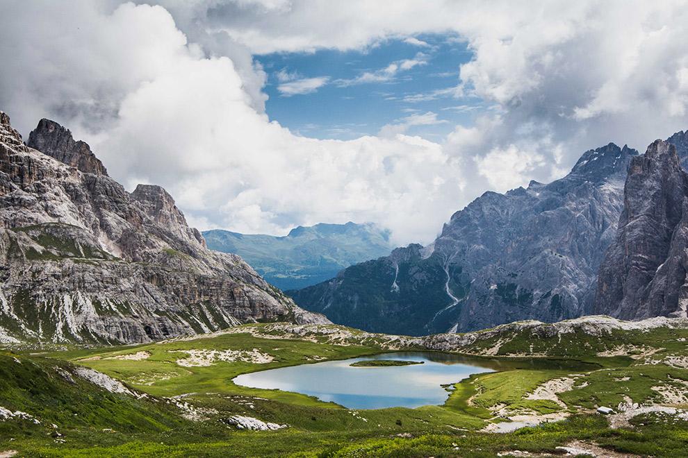 Indrukwekkend uitzicht op meer in de Dolomieten