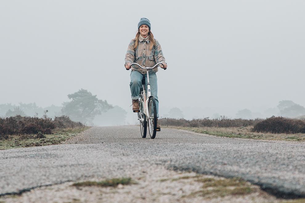 Op een witte fiets door het winterse landschap van De Hoge Veluwe