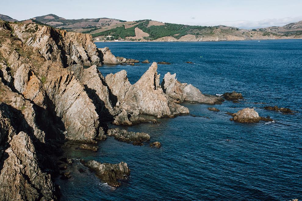 De ruige kustlijn van de Franse Côte Vermeille