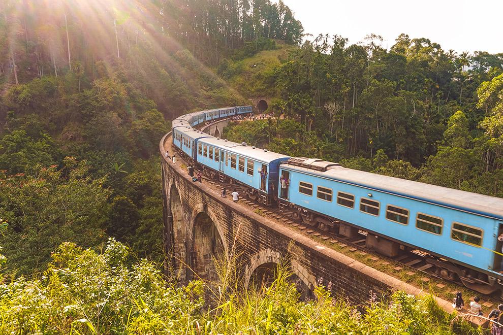 Blauwe treintje die Sri Lanka doorkruist