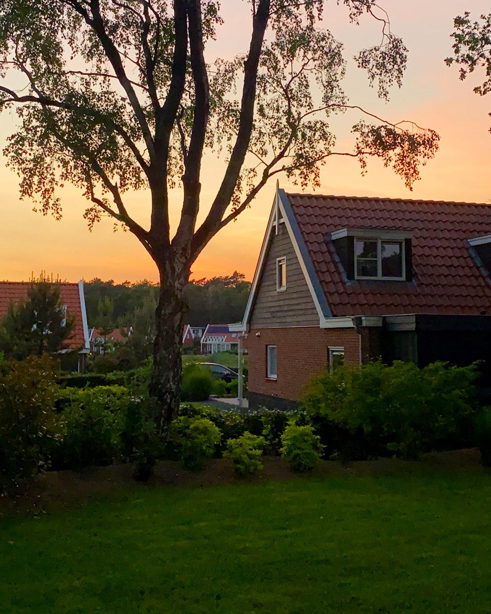 Ondergaande zon boven zomers vakantiepark in Nederland