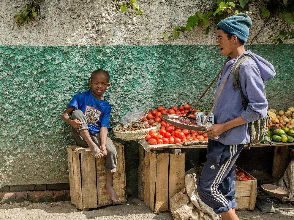Jongeren verkopen groente en fruit op straat in Madagaskar