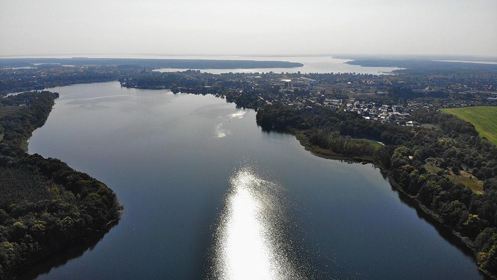 Uitzicht op het brede meer van Müritz in Noord-Duitsland