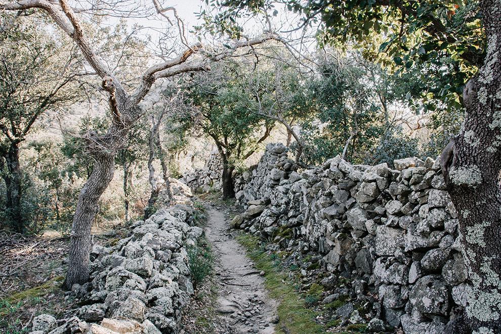 Stapelstenen muren op wandelroute in de Franse Pyreneeën
