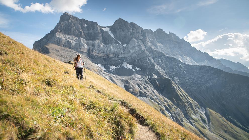 Wandelaar wandelt door de bergen in de regio Dents du Midi in Zwitserland