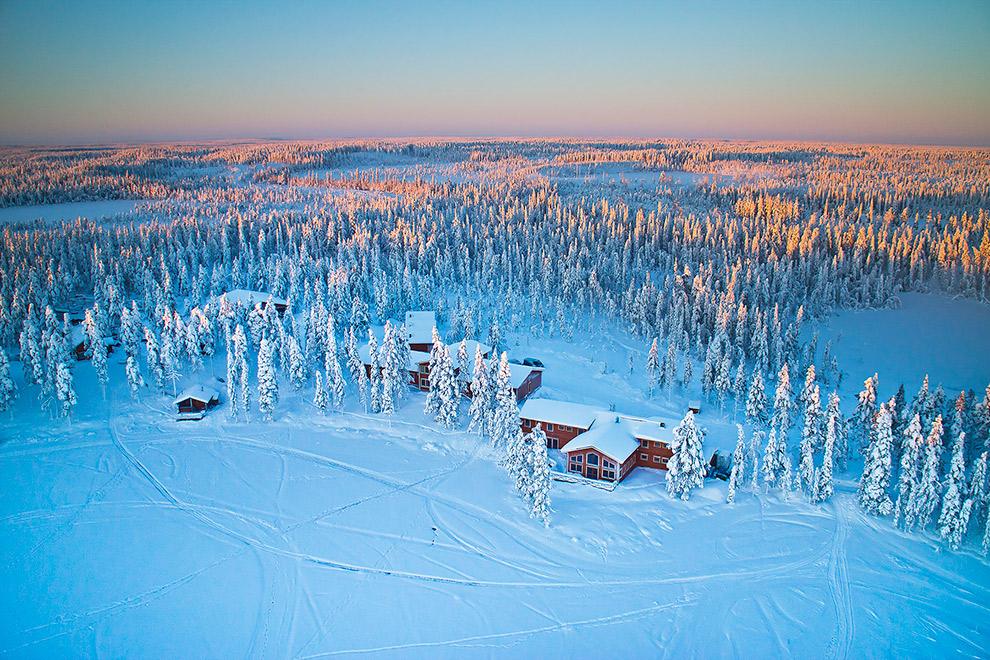 Dronefoto van winterse accommodatie in Lapland
