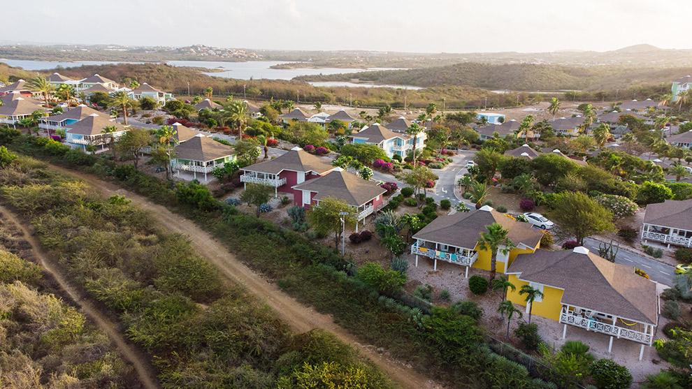 Kleurrijke huisjes van het Chogogo resort in Curaçao