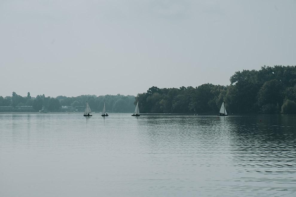 Een sereen plaatje van de Masch See in Hannover op een regenachtige dag