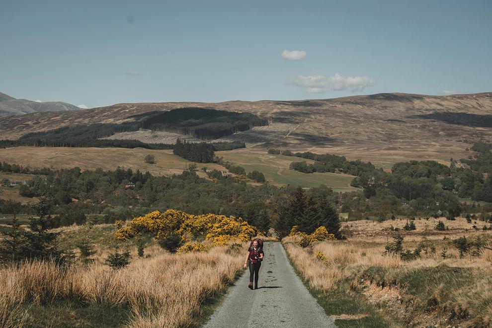Beginnen aan lange trektocht op zonnige dag in Schotland