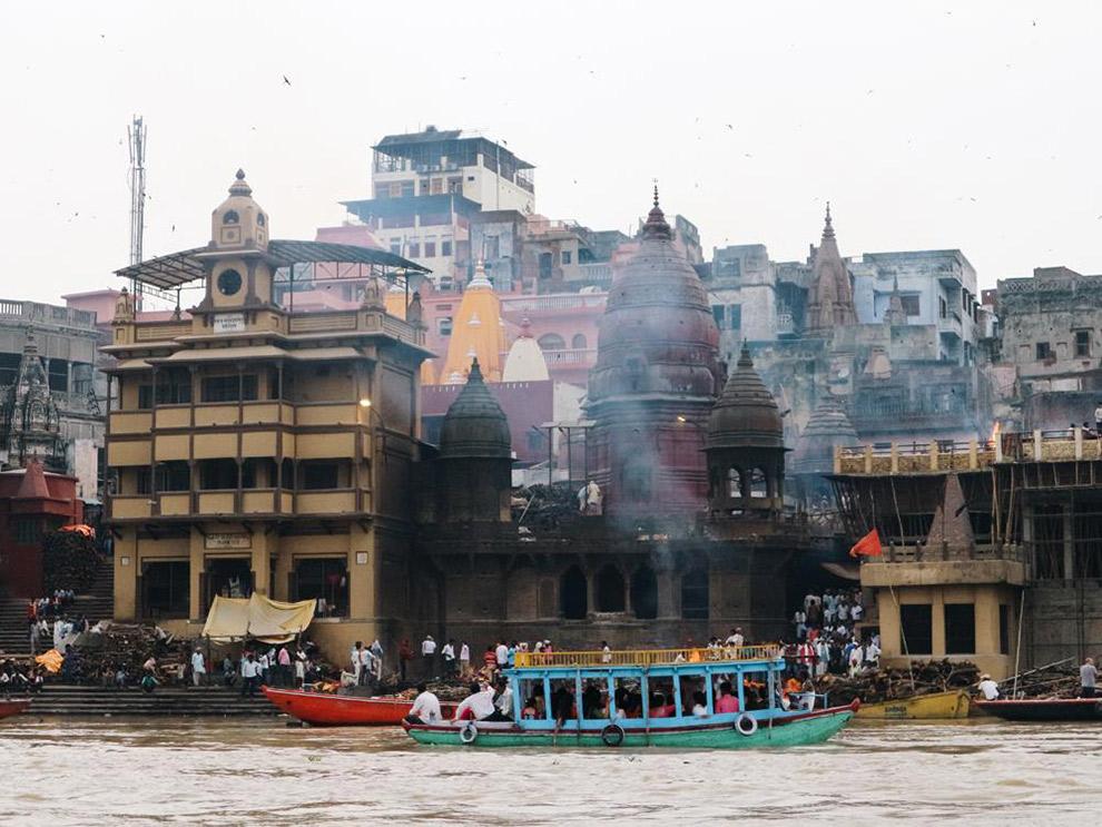 Vuurtjes branden langs de heilige rivier de Ganges in India