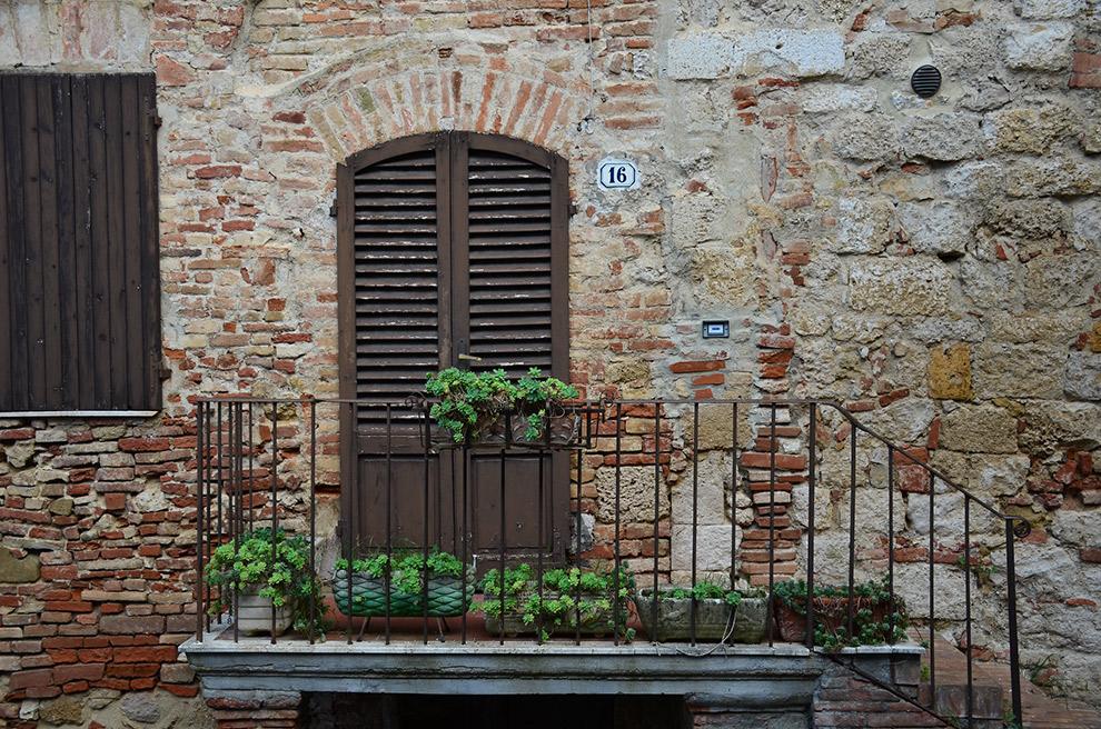 Oude deur in Italiaans straatbeeld