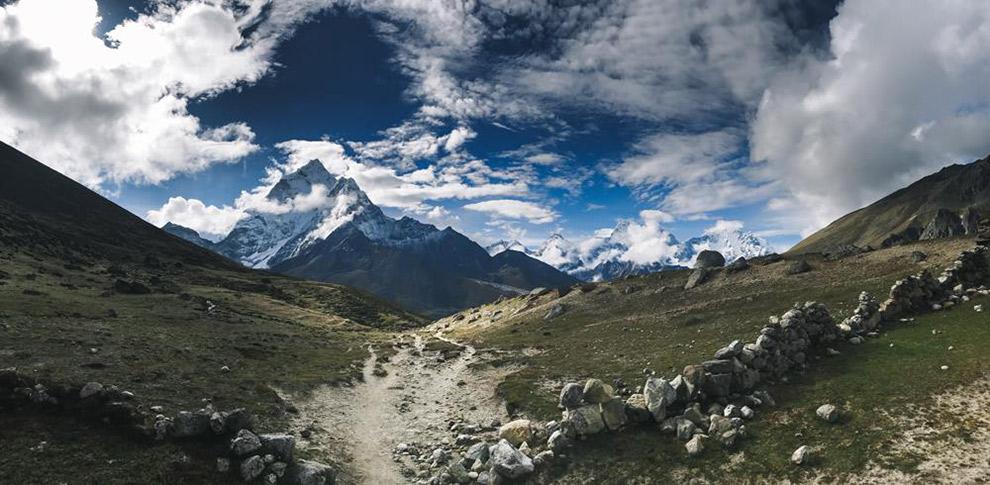 Uitgestrekte vlaktes en besneeuwde bergtoppen in de Himalaya
